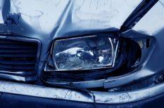 autó, baleset, biztonságos közlekedés