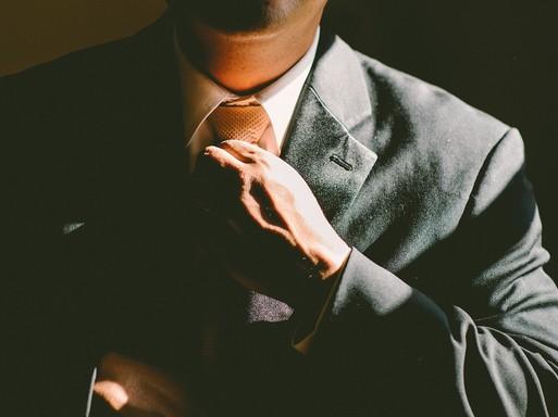 Nyakkendőjét igazító férfi, Kép: Stock fotó