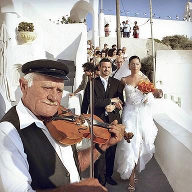 Görög esküvő, előtérben egy görög hegedűs játszik, Kép: Őszi Esküvő Kiállítás