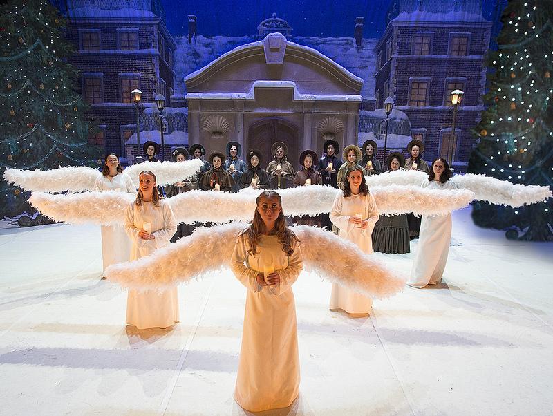 Fehér anygaljelmezbe öltözött táncosok a Bazilika előtt, Kép: sajtóanyag