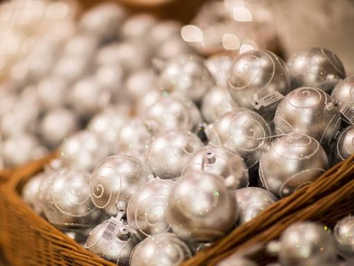 Ezüst gömbök, karácsonyfadíszek, Kép: KIKA