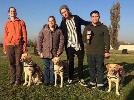 Miskovits Marci vak fiatalokkal vakvezető kutyaiskolában, Kép:VIVA