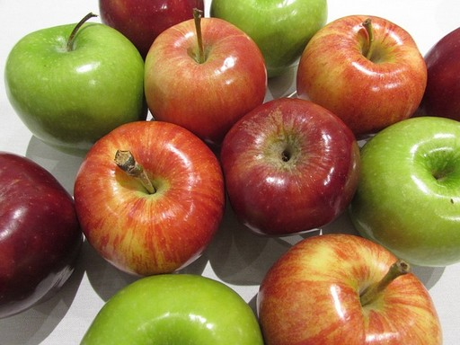 Piros, zöld és sárgás almák felülről fényképezve, Kép: pixabay