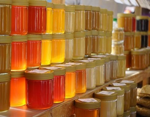 Mézes üvegek hátulról megvilágítva, Kép: pixabay