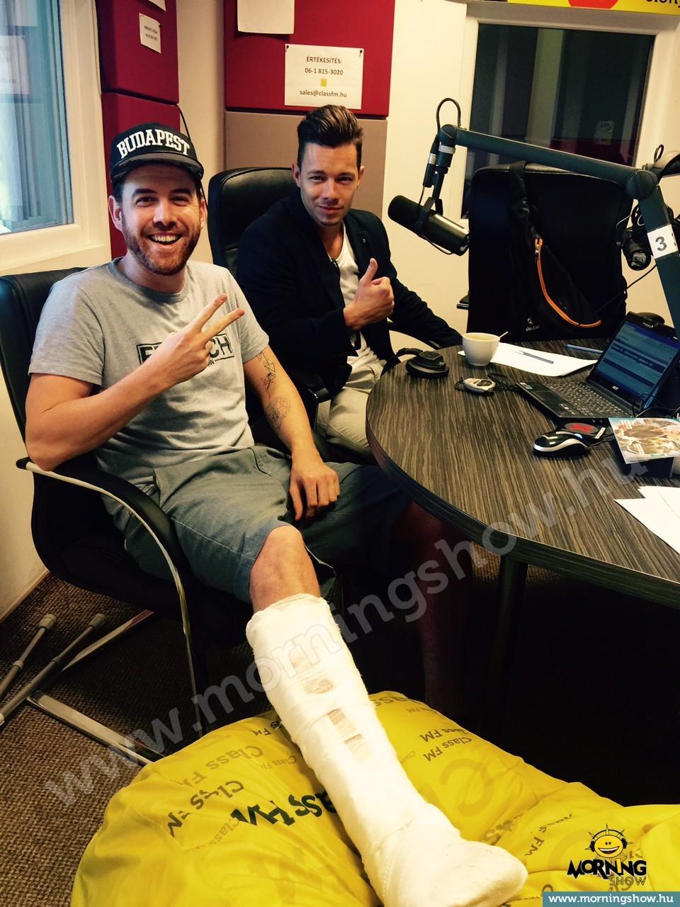 Fluor Tomi begipszelt lábbal a Class FM Morningshow-jában, Kép: Class FM