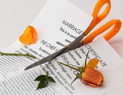 Sárga nyelű olló kettévág házasságlevelet és egy sárga rózsát, Kép: pixabay