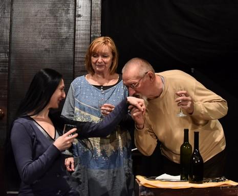 Próba: a két főszereplőnő, és egy férfi, aki kezet csókol az egyik hölgynek, Kép: sajtóanyag