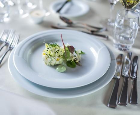 Díszesen terített asztalon, fehér tányéron a brandade, Kép: Pintér Árpád
