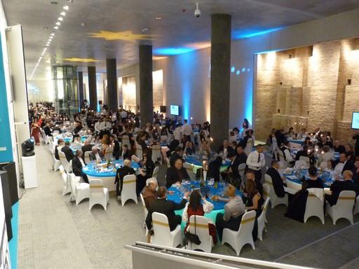 Budapesti Székely Bál, kék-fehér körasztaloknál vacsorázók, Kép: wikipedia