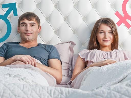 Fiatal pár az ágyban, fejük mellett nemiségüket mutató jel, Kép: tiedakontroll.hu
