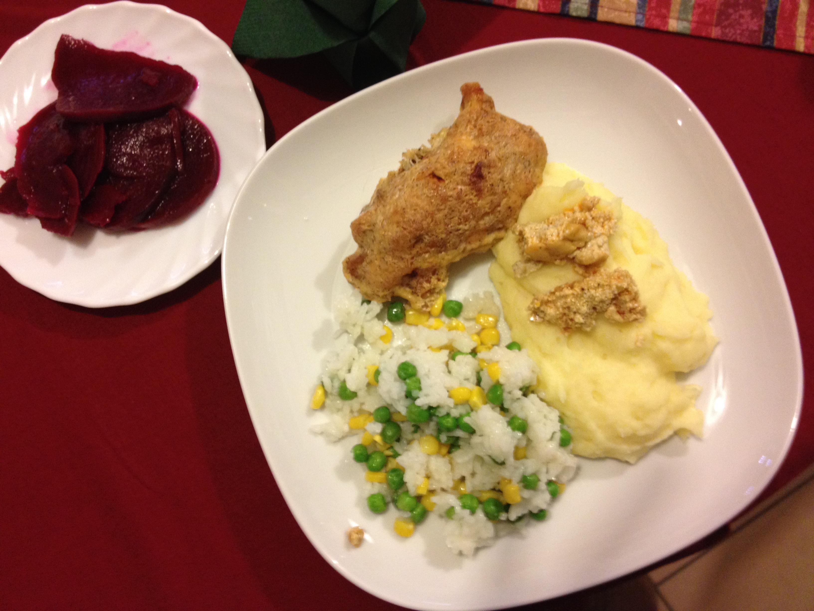 Gyulai csirke  fehér tányéron kukoricás rizibizivel és krumplipürével, mellette céklasaláta, Kép: László Márta