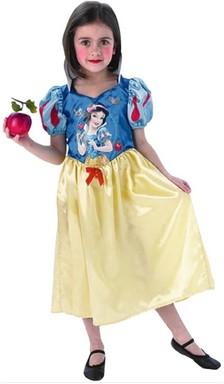 Hófehérke jelmezbe öltöztetett kislány, kezében piros almával, Kép: sajtóanyag