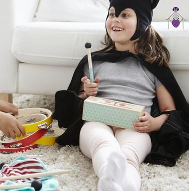 Kislány fekete jelmezben, kezében a visszahívott dob, illetve dobverő: Kép: IKEA