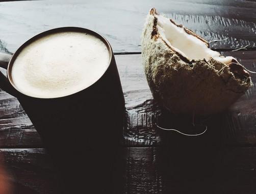 Egy fél kókuszdió és egy csésze kávé, Kép: Starbucks