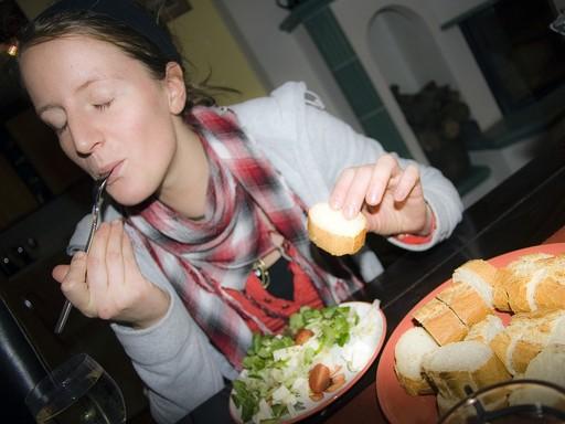 Salátákat, kenyeret evő nő, Kép: pixabay