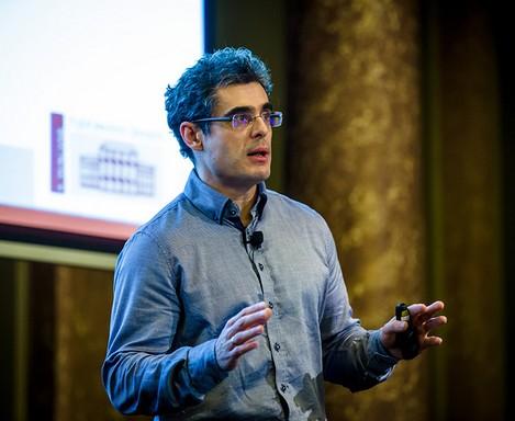 Pál Csaba tudós farmeringben előadást tart, Kép: sajtóanyag