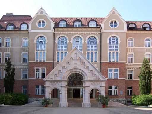 Pécsi Egyetem tornyos főbejárata, Kép: wikimedia