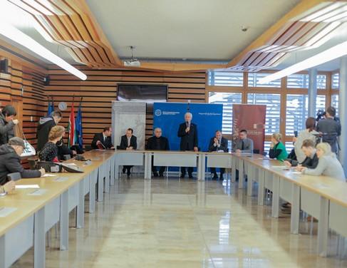Pécsi egyetemi sajtótájékotató, két hosszú asztal mellett ülnek az újságírók: Kép Csortos Szabolcs/UnivPécs