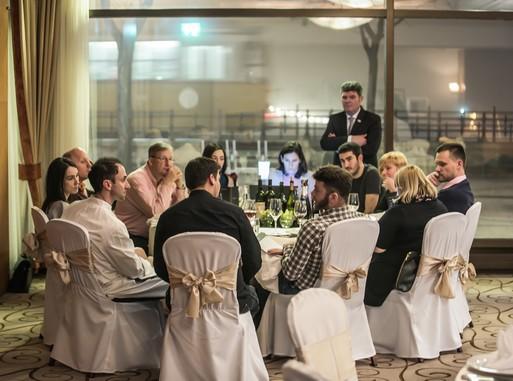 Tízszemélyes asztalnál a próbavacsora résztvevői kóstolgatnak, Kép: Pintér Árpád