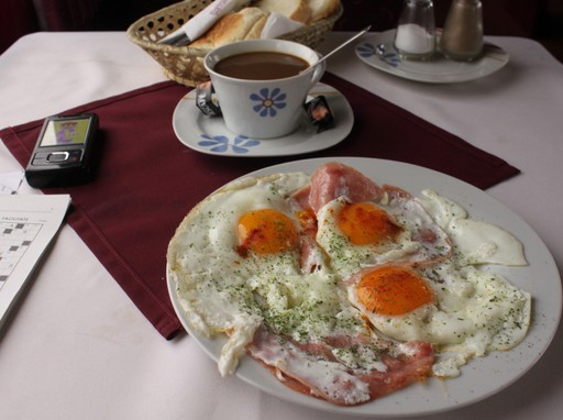 Sonkás-tojásos reggeli, mellette díszes csészében tea, Kép: wikimedia