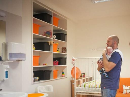Szépen berendezett kórházi babaszaba egy apukával, kezében a gyermekkel, Kép: Csortos Szabolcs/Uni/Pécs
