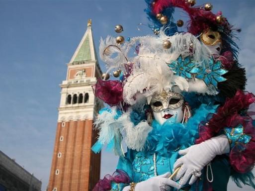 Velencei karnevál, klasszikus maskarában egy úr, Kép: wikipedia