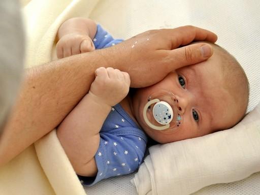 Cumizó kisbabát simogató kéz, Kép: pixaby