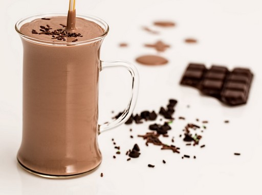 Csokiturmix szívószállal, mellette egy darab táblacsoki, Kép: pixabay