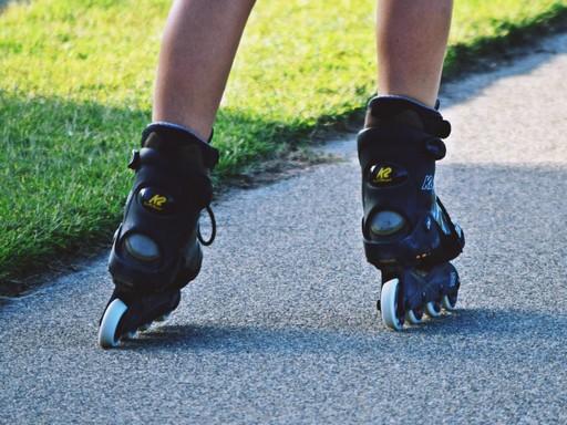 Közeli felvétel egy görkorcsolyázó lábáról, Kép: takopix