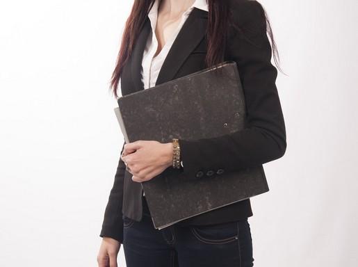 Menedzsernő nadrágkosztümben, hóna alatt fekete dosszié, a fej nem látszik, Kép: pixabay