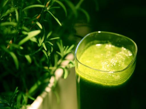 Zöld smoothie zöld füvekkel, Kép: wikimedia