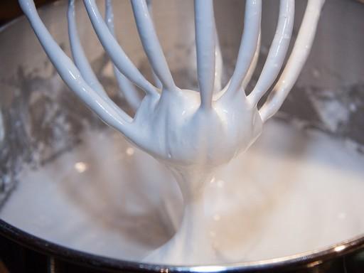 Tejszínhabverő feje kiemelve a felvert tejszínhabból, Kép: pixabay