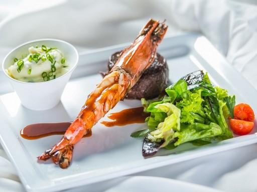 Érlelt bélszínjava óriás garnélával) baby salátákkal újhagymás burgonya pürével a Békében, Kép: Hungarhotels
