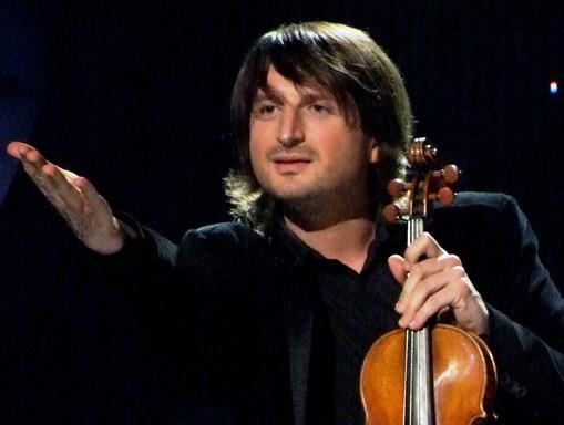 Edvin Marton a 2008-as belgrádi koncerten a közönség felé int, kezében hegedű, Kép: wikimedia