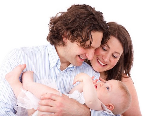 Fiatal pár babával - semleges háttérrel, Kép: pixabay