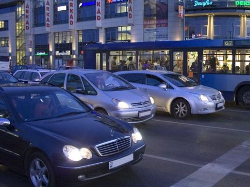 Autós forgalom Budapesten, az Örs vezér téren, Kép: wikimedia
