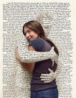 Könyvlapból kinyúlú férfi kéz átkarol egy nőt, Kép: reblog.hu