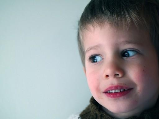 Nem boldog kisgyermek arca közelről, Kép: pixabay
