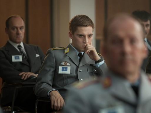 Kolibri eligazításon ül katonai egyenruhában, Kép: RTL