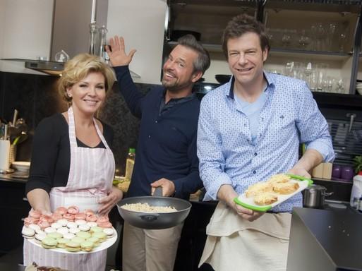 Liptai Caludia és Tilla a konyhában, kezükben egy-egy tálca, középen Kovács Lázár pózol, kezében egy serpenyő, Kép: TV2