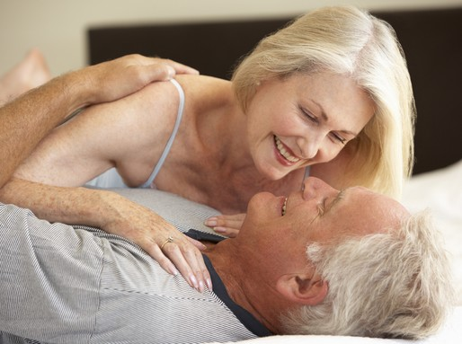 Idősebb házaspár az ágyban, Kép: sajtóanyag