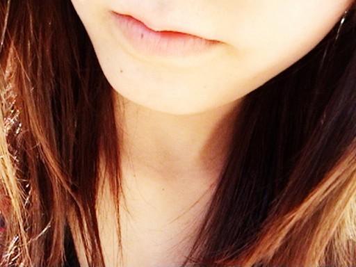 Hosszú hajú barna lány nyaka közeliben, Kép: freeimages