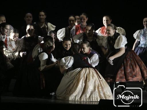 Palóc Madonnák című előadás, táncosok nagyon figyelnek, mosolyognak, csoportkép, Kép: Majnik