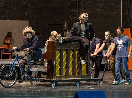 Egy kerépár húz egy trélert, azon egy zongora, Rómeó és Júlia próba, Kép: Csokonai Színház