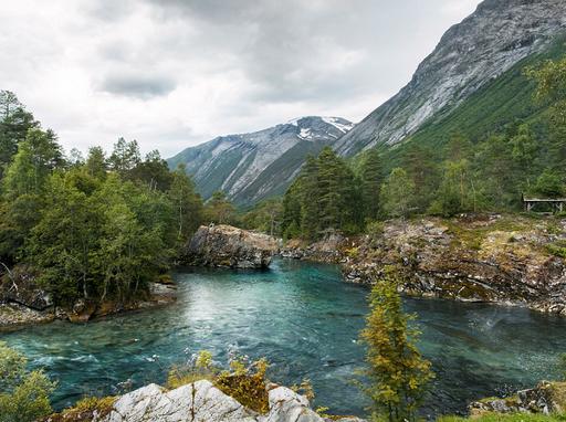 Hegyek között kis folyó, Valldal, Norvégia, Kép: @Juvet Hotel