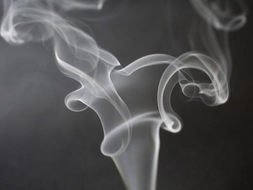 Sötétszürke háttér előtt cigarettafüst gomolyog, Kép: pixabay