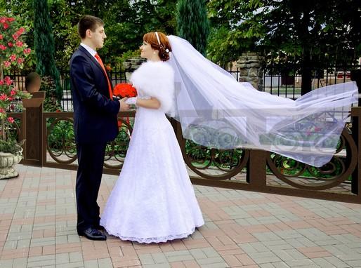 Esküvői ifjú pár, piros csokorral, Kép: pixabay