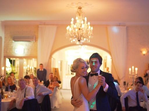 Esküvői vacsora, az ifjú pár táncol, Kép: pixabay