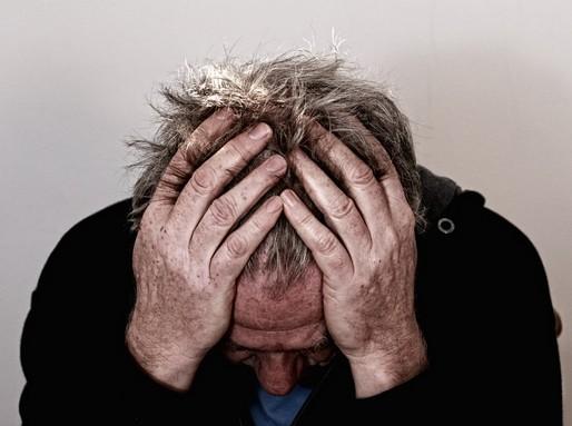 Fejét kézébe hajtó férfi, ujjai a haját túrják, Kép: pixabay
