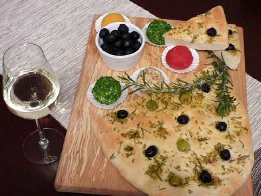Fűszeres sajtgolyók lapos kenyérrel, Kép: Kovács Bozház